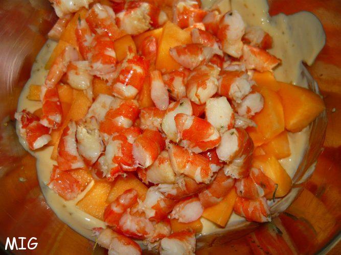 les crevettes et le melon coupés de la même taille