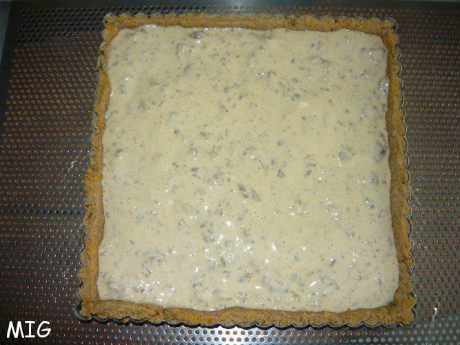 le fond de tarte cuit à blanc, refroidi, garni de l'appareil Philadelphia marrons