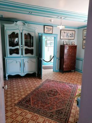 Le petit salon de lecture, bleu, du rez-de-chaussée