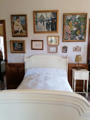 Chambre de Claude Monet, où il décédera le 5 décembre 1926, entouré des toiles de ses amis
